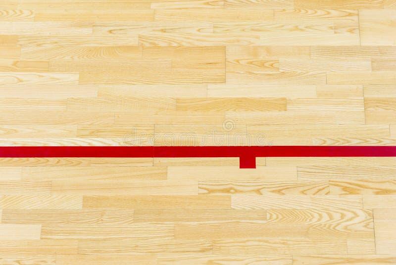 Röda linjen på gymnastiksalgolvet för tilldelar sportdomstolen Badminton-, Futsal, volleyboll- och basketdomstol arkivbild