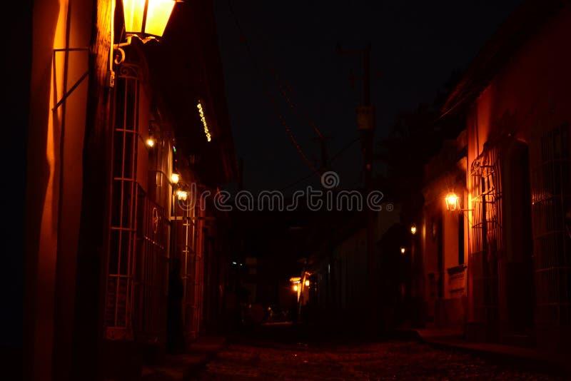 Röda ljus på en mörk gata natt trinidad cuba arkivbilder