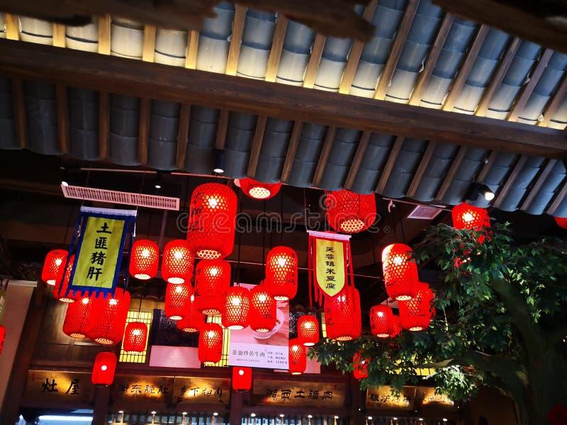 Röda lyktor hängde i restaurangen royaltyfria foton