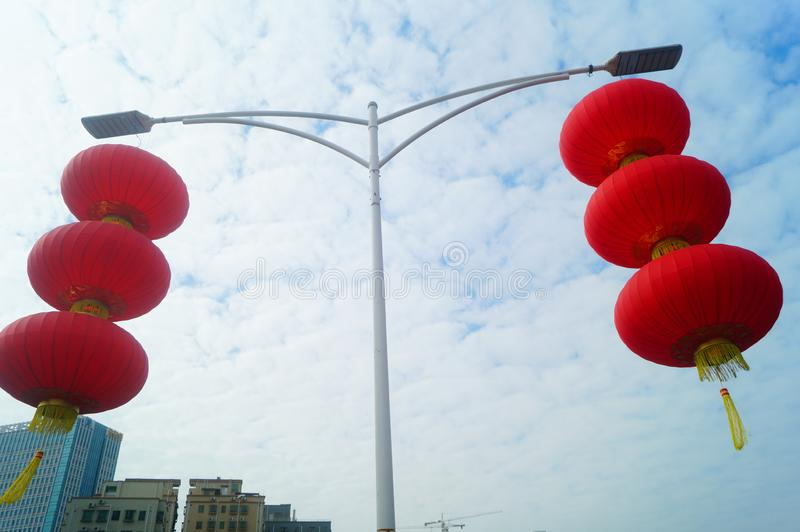 Röda lyktor hängs utanför för att välkomna vårfestivalen arkivfoto