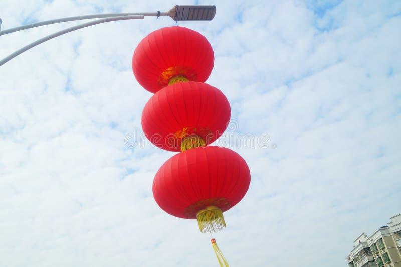 Röda lyktor hängs utanför för att välkomna vårfestivalen arkivfoton