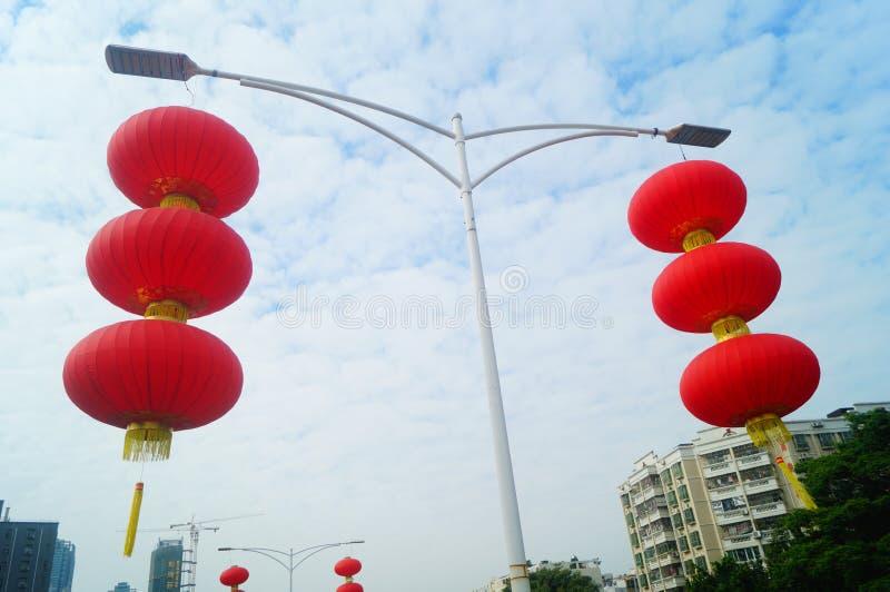 Röda lyktor hängs utanför för att välkomna vårfestivalen royaltyfria bilder