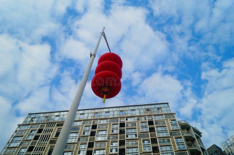 Röda lyktor hängs utanför för att välkomna vårfestivalen arkivbilder