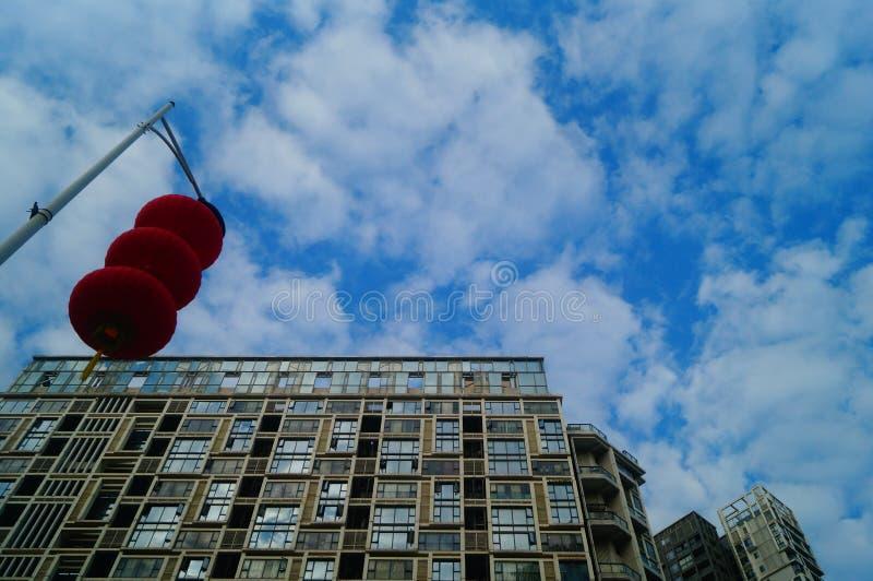 Röda lyktor hängs utanför för att välkomna vårfestivalen arkivbild