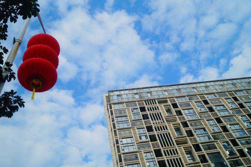 Röda lyktor hängs utanför för att välkomna vårfestivalen royaltyfri foto