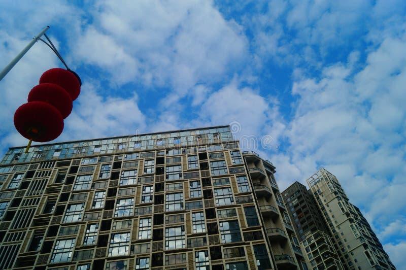 Röda lyktor hängs utanför för att välkomna vårfestivalen royaltyfri bild