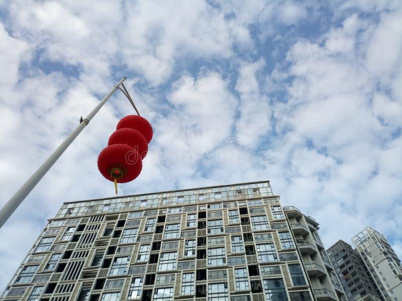 Röda lyktor hängs utanför för att välkomna vårfestivalen fotografering för bildbyråer