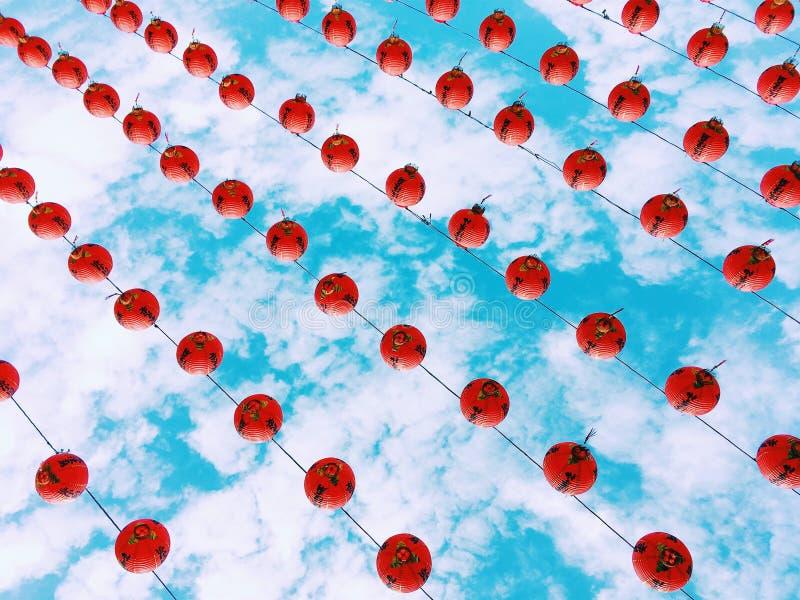 Röda lyktor i den blåa himlen royaltyfri bild