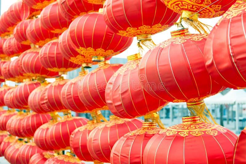 Röda lyktor i en linje arkivfoto