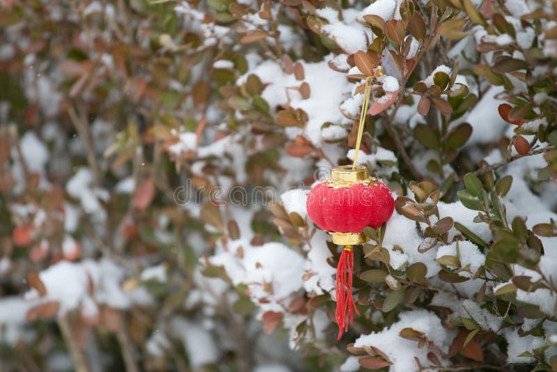 Röda lyktor i snön arkivfoton