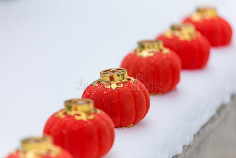 Röda lyktor i snön royaltyfri fotografi
