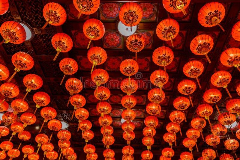 Röda lyktor under för kinesisk festival för nytt år royaltyfri bild