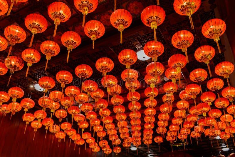 Röda lyktor under för kinesisk festival för nytt år arkivfoto