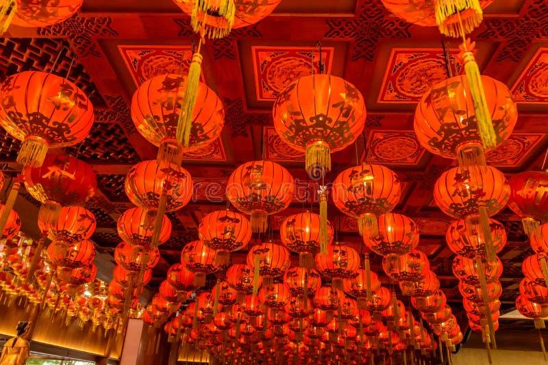 Röda lyktor under för kinesisk festival för nytt år arkivbilder