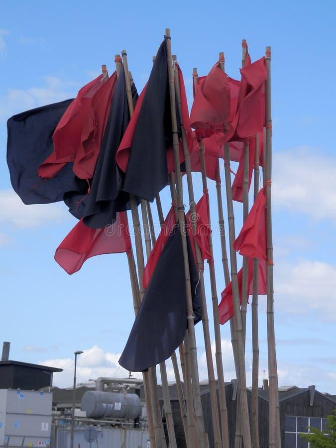 Röda markörflaggabouys på kajen för fiska hamn arkivbilder