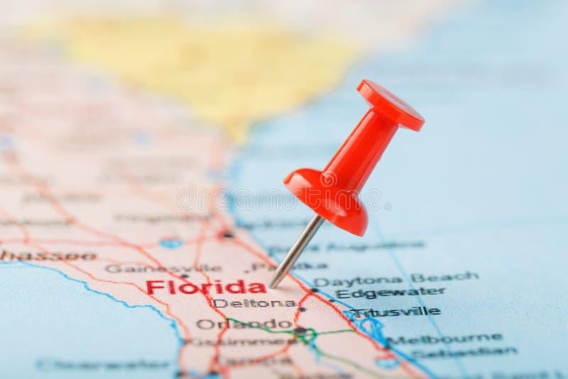 Röda nålar på en karta över USA, SydFlorida och huvudstaden Tallahassee Nära kartan över södra Florida med rött spår arkivfoton