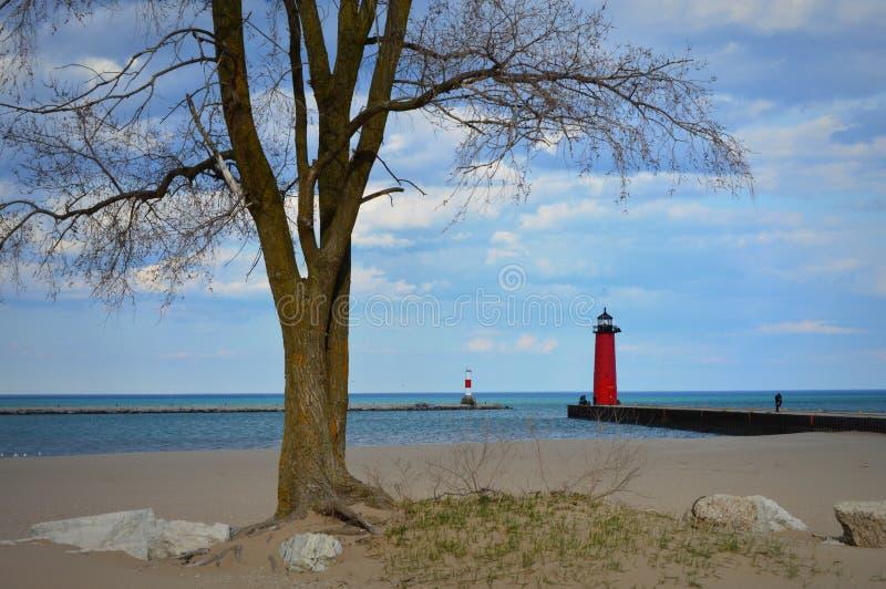 Röda norr Pier Lighthouse på Lake Michigan i Kenosha, WI fotografering för bildbyråer