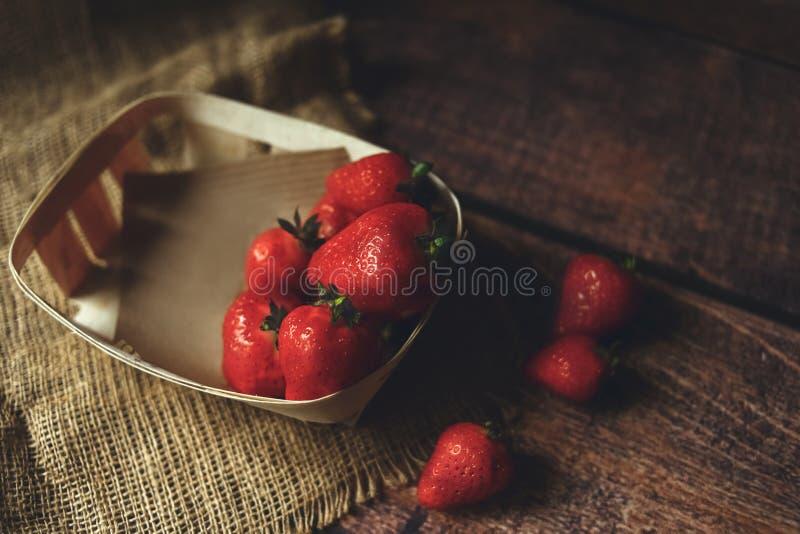 Röda nya jordgubbar i ecoask fotografering för bildbyråer