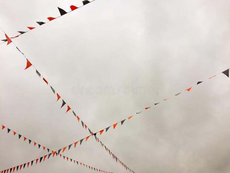 Röda och blåa bunting flaggor som uppe i luften strängas fotografering för bildbyråer