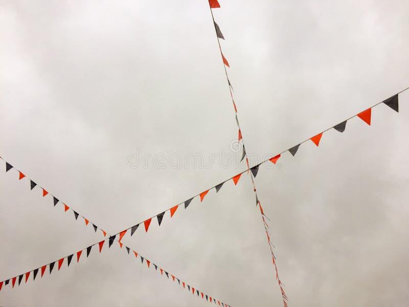 Röda och blåa bunting flaggor som uppe i luften strängas arkivfoton