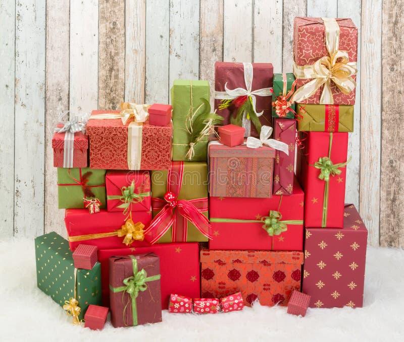 Röda och gröna julklappar royaltyfri fotografi