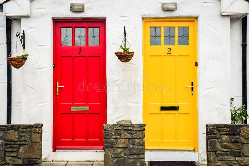 Röda och gula dörrar royaltyfria foton
