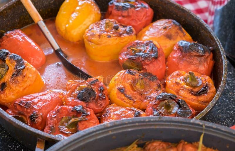 Röda och gula spanska peppar som är välfyllda med kött arkivbilder