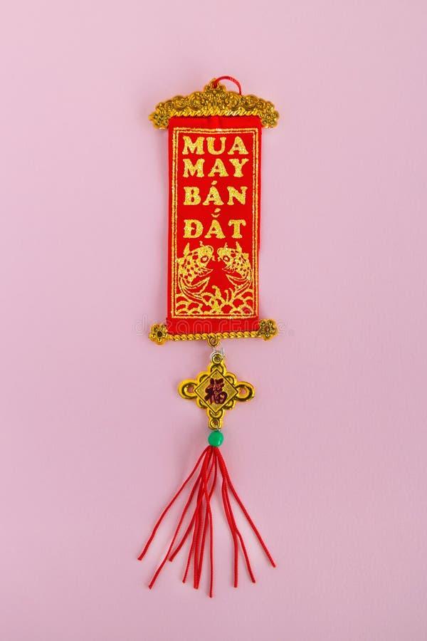 Röda och guld- färger för traditionell vietnames och för kinesisk garnering för nytt år på en rosa bakgrund arkivbild