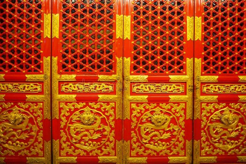 Röda och guld- kinesiska kungliga dörrar arkivfoto