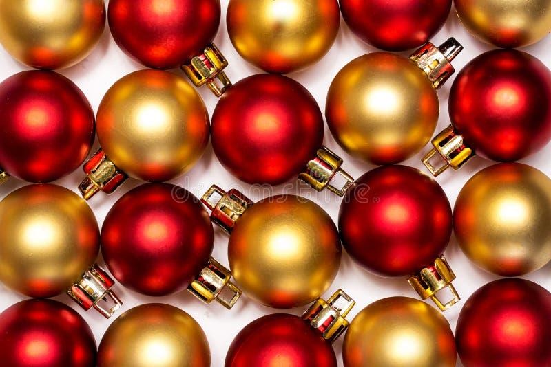 Röda och guld- nytt års- och Cristmas bollar royaltyfri bild