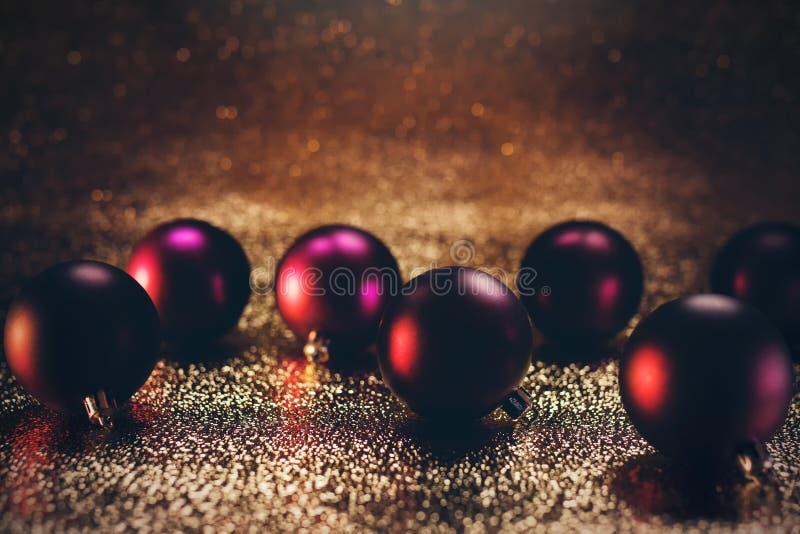 Röda och purpurfärgade julstruntsaker royaltyfria foton