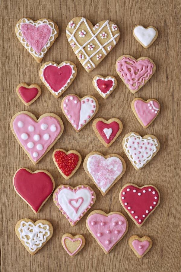 Röda och rosa hjärtakakor royaltyfria foton