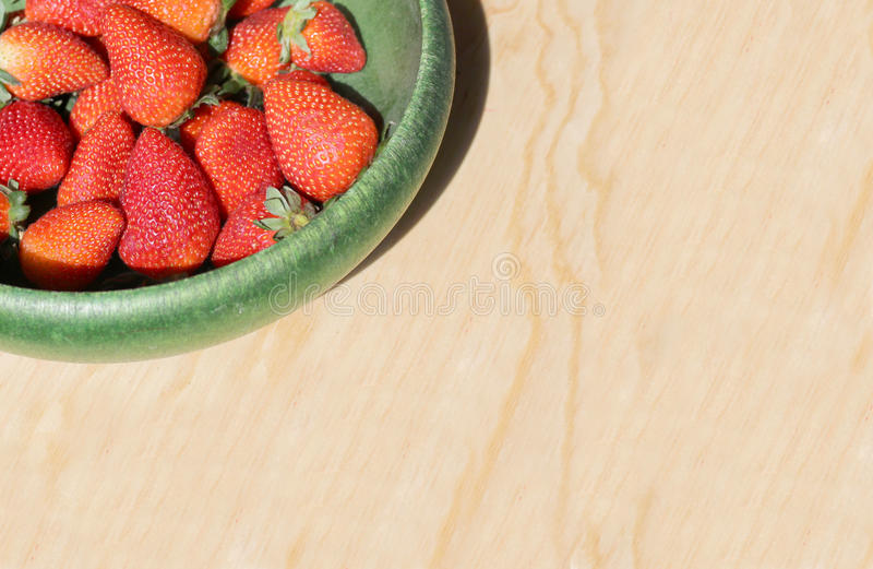Röda och saftiga jordgubbar royaltyfri fotografi