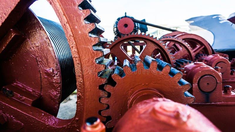 Röda och svarta kugghjul av en maskin royaltyfri foto
