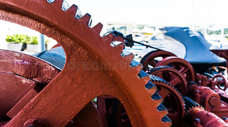 Röda och svarta kugghjul av en maskin arkivbild