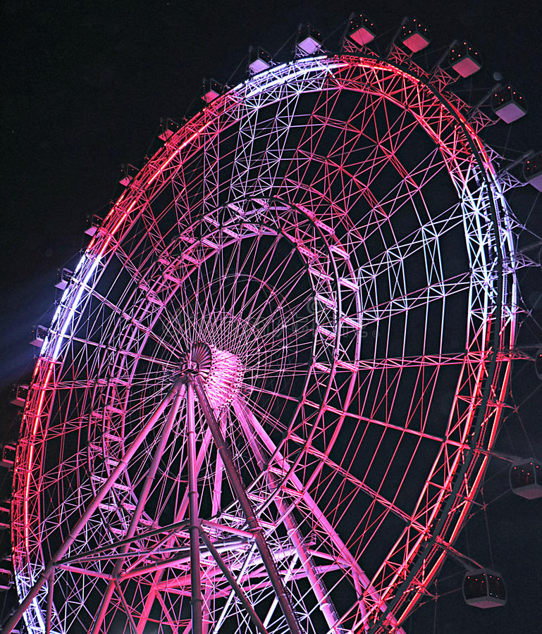 Röda och vita Ferris Wheel på natten royaltyfria foton