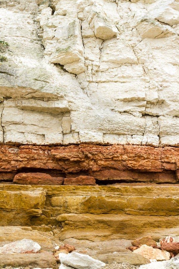Röda och vita sandsten- och kritaklippor på Hunstanton, Norfolk, E royaltyfria foton