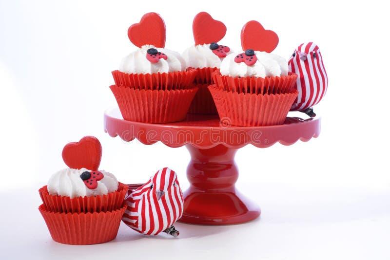 Röda och vita valentinmuffin arkivbild