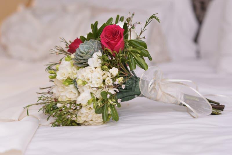 Röda och whoterosor för blommor för ramo, arkivfoto