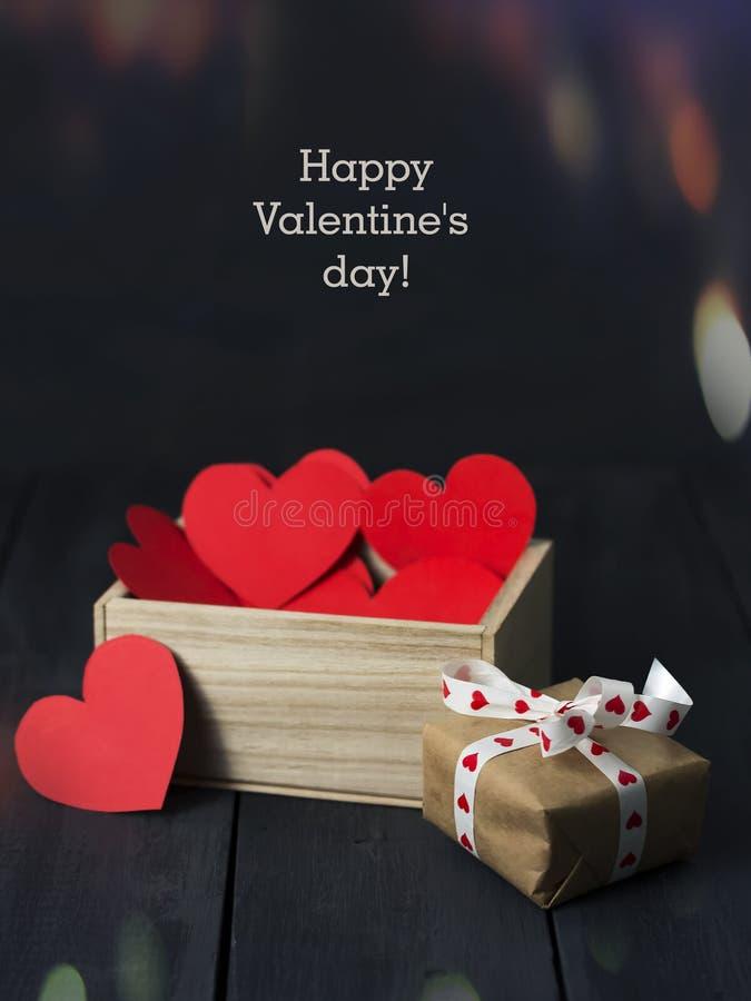 Röda pappers- hjärtor i en träask mörkt trä för bakgrund kopiera avstånd St Dag för valentin` s arkivbilder