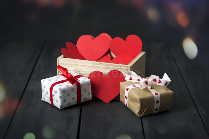 Röda pappers- hjärtor i en träask mörkt trä för bakgrund kopiera avstånd St Dag för valentin` s fotografering för bildbyråer