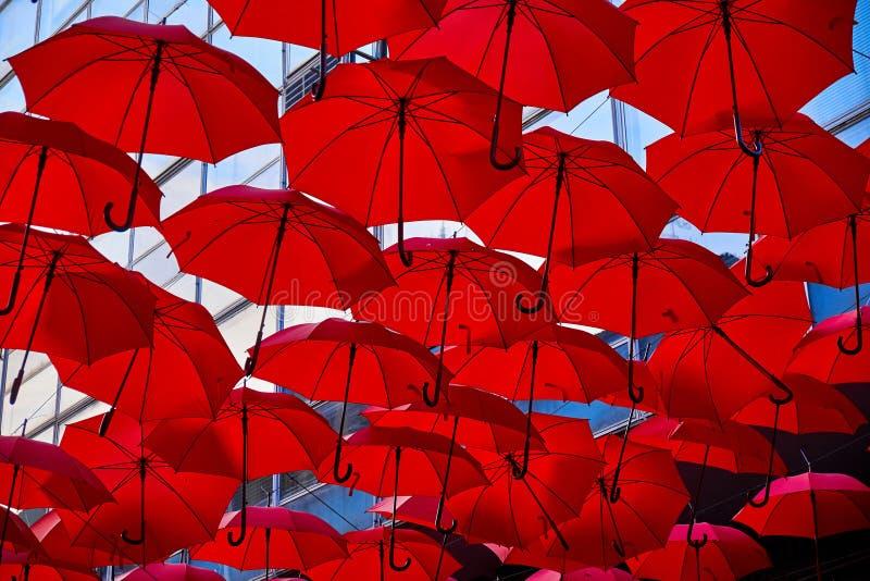 Röda paraplyer i luften fotografering för bildbyråer
