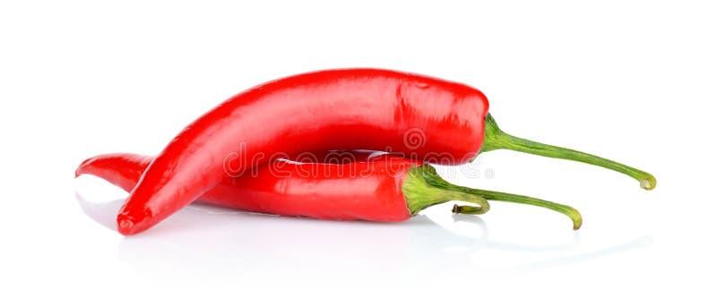 Röda peppar, chili som isoleras på vit bakgrund arkivbilder