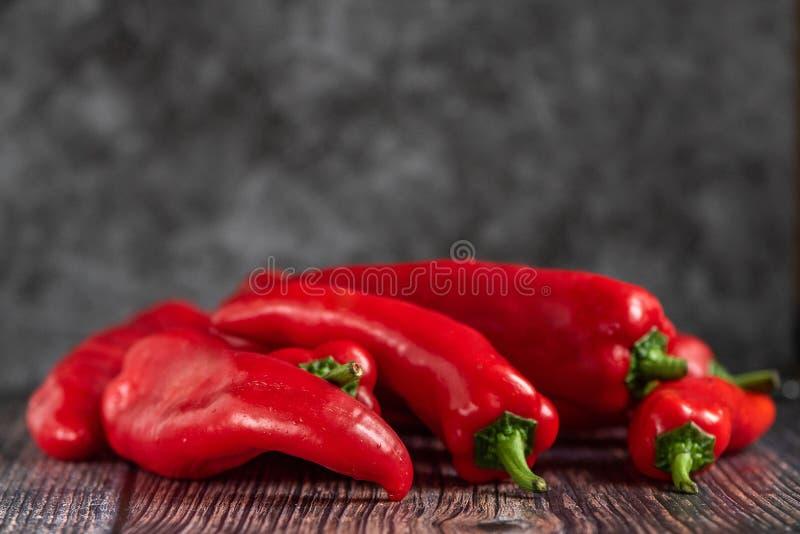 Röda peppar på en träbakgrund sund mat åkerbruka produktgrönsaker för ny marknad royaltyfria foton