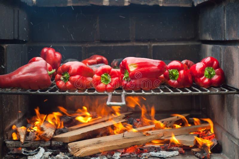 Röda peppar som grillar på grillfesten royaltyfri foto