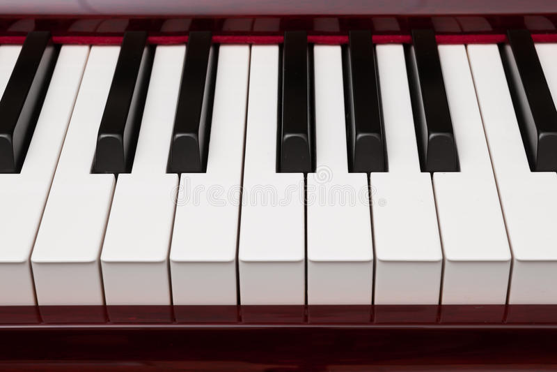 Röda pianotangenter arkivbild