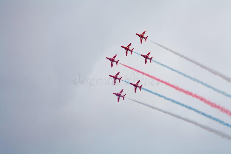 Röda pilar som officiellt är bekanta som Royal Air Force det Aerobatic laget fotografering för bildbyråer