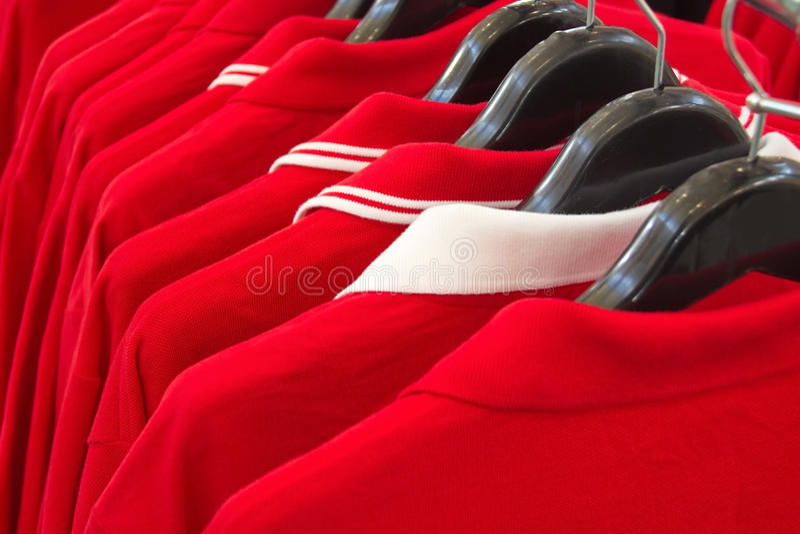 Röda poloskjortor royaltyfria bilder