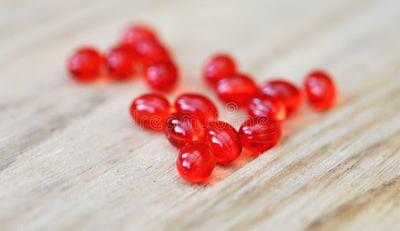 Röda preventivpillerdroger på den Wood tabellen royaltyfria foton