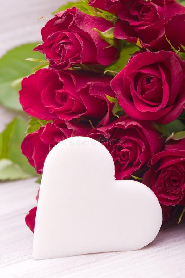 Röda ro med hjärta royaltyfri foto